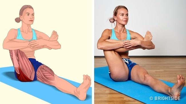 Ngồi trên thảm, một chân duỗi thẳng, một chân gập vuông góc trước ngực để kéo giãn toàn bộ cơ đùi.