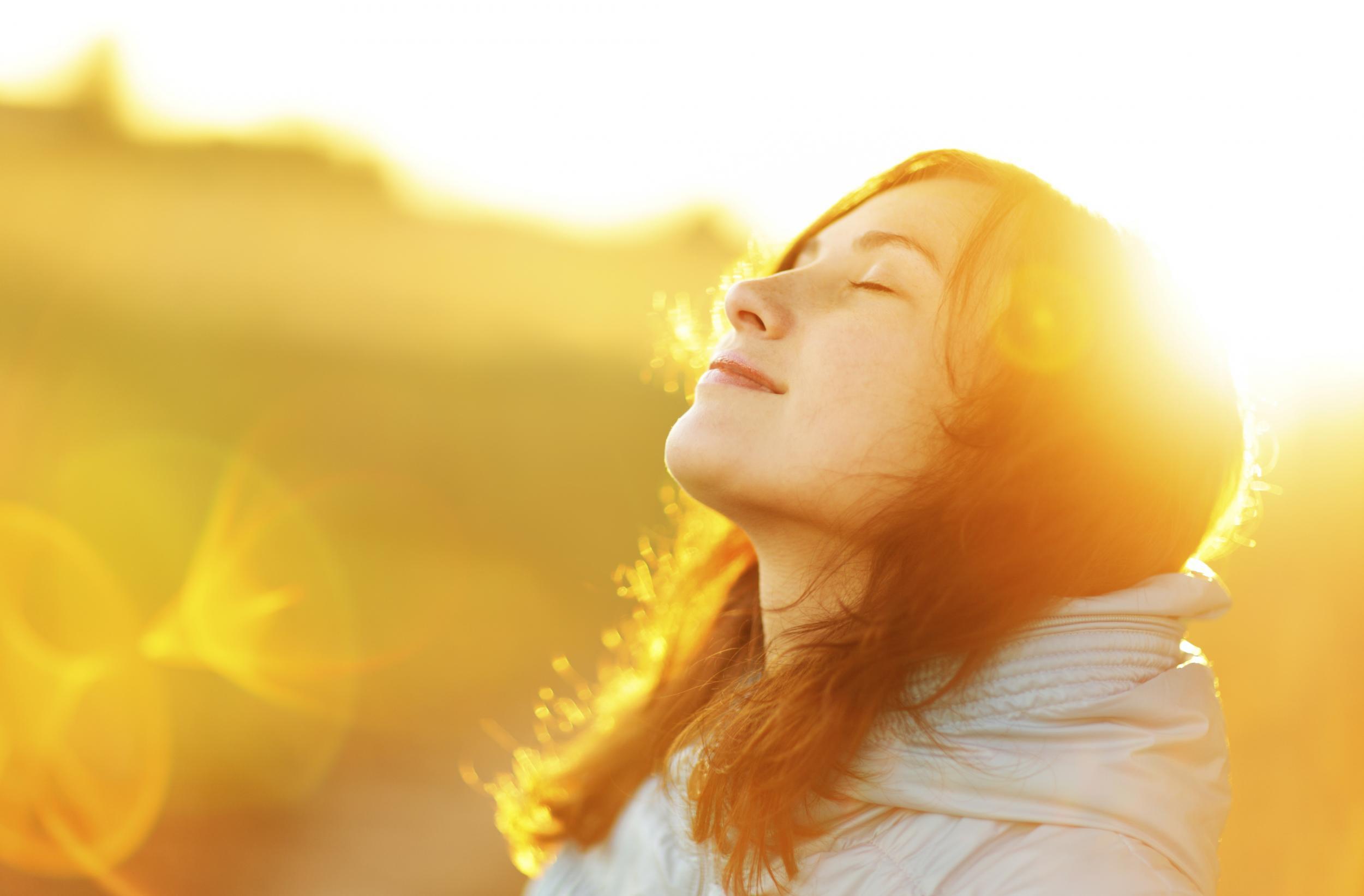 Phơi nắng vào sáng sớm tốt cho da